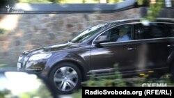 Ігор Гринів виїжджає з маєтку на автомобілі Ауді Q7