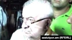 Գործարար, հանրապետական պատգամավոր Աշոտ Աղաբաբյանը Բաղրամյան պողոտայում, 29-ը հունիսի, 2015թ