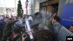Активисты Майдана пытались взять штурмом здание ПСУ