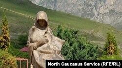 Скульптура женщины, Северная Осетия
