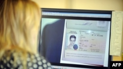 Russia - A woman watches a footage on her computer, showing the lawyer of fugitive US intelligence leaker Edward Snowden showing his client's one year's asylum permit at Sheremetyevo airport in Moscow on August 1, 2013