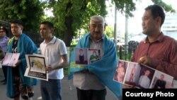 Акция протеста казахских гражданских активистов у генерального консульства России в Алматы. 2 июля 2013 года.