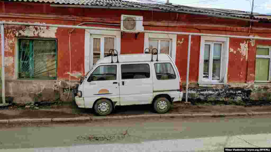 Довгий час вулиця носила назву «Татарська» і тут переважно жили кримські татари. Але невдовзі після сталінської депортації 1944 року її перейменували на вулицю Футболістів. Колишню назву їй не повернули навіть після розпаду Радянського Союзу. Як зараз виглядає одна з найстаріших вулиць Сімферополя– в фотогалереї