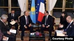 Президент Казахстана Нурсултан Назарбаев (слева) и президент Франции Франсуа Олланд. Париж, 5 ноября 2015 года. Фото пресс-службы администрации президента Казахстана.