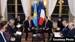 Қазақстан президенті Нұрсұлтан Назарбаев (ортада сол жақта) пен Франция президенті Франсуа Олландтың кездесуі. Париж, 5 қараша 2015 жыл.