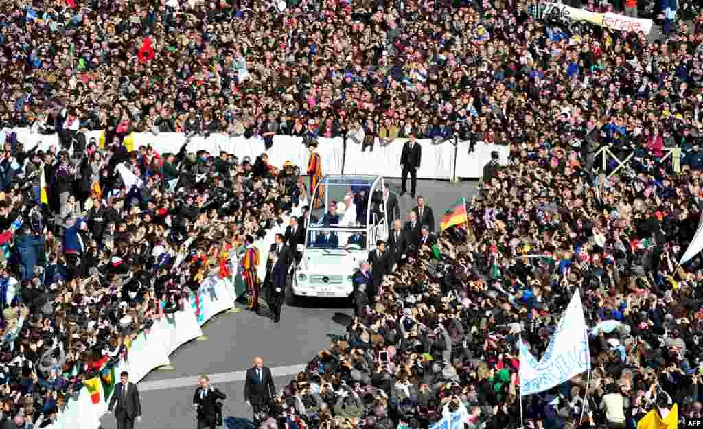 Папа Бенедикт XVI желтоқсанның 27-сі күні Ватикандағы Әулие Петр алаңында өзінің соңғы уағызын оқыды. (AFP/Tiziana Fabi)
