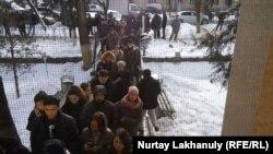 Люди, выстроившиеся в очередь у здания Центра крови. Алматы, 27 декабря 2019 года.