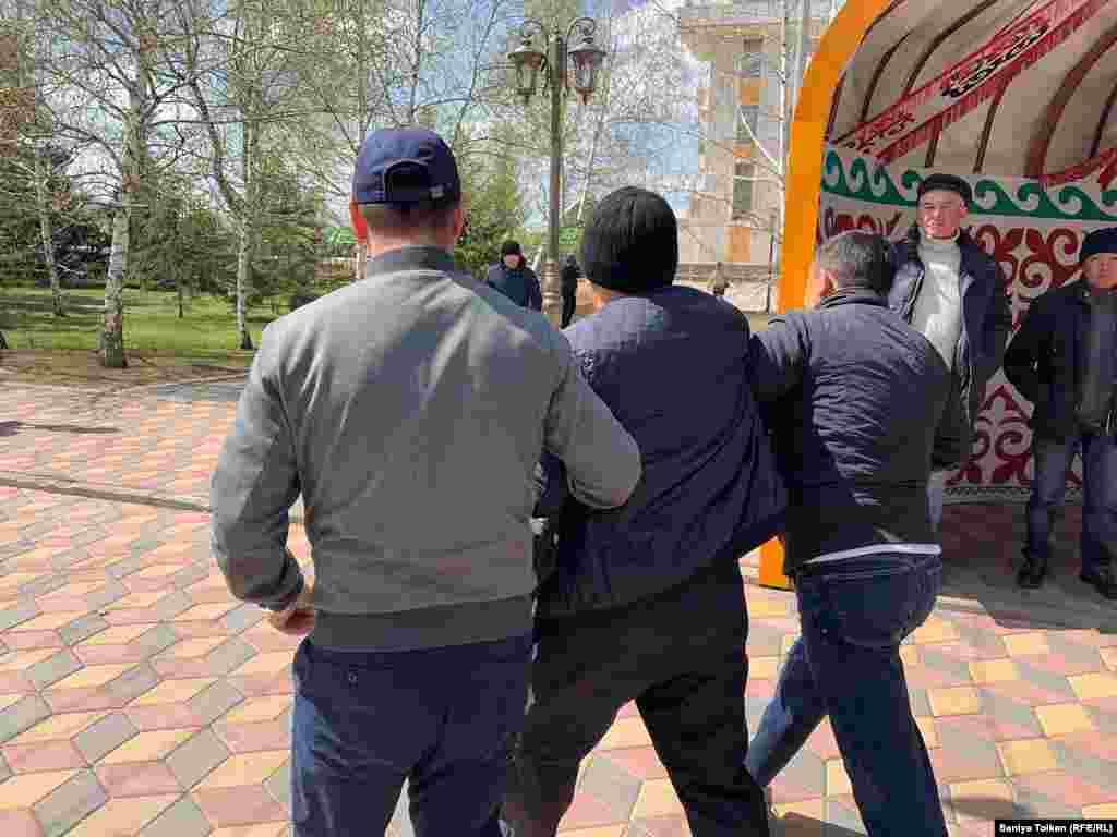 Полицейские задерживают протестующих. Нур-Султан, 1 мая 2019 года.