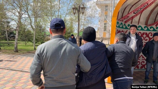 Задержание на набережной в столице. Нур-Султан, 1 мая 2019 года.