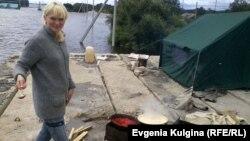 Ольга Сысоева (Воронина) готовит обед на крыше гаража, пристроенного к сельской библиотеке. Еврейская АО, с. Нижнеленинское