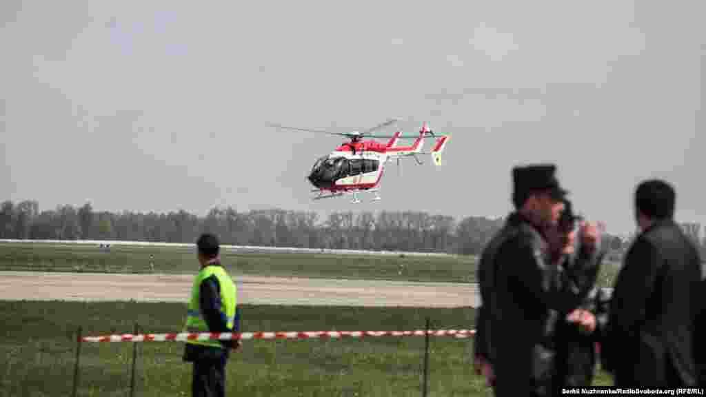 В повітря піднімається вертоліт ЄС-145 «Єврокоптер» повітряного пункту управління
