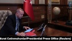 Predsednik Turske Redžep Tajip Erdoan u toku telefonskog razgovora sa ministrom odbrane