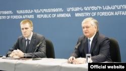 Совместный брифинг глав МИД Армении и Черногории - Эдварда Налбандяна (справа) и Игоря Лукшича (слева), Ереван, 7 мая 2013 г.