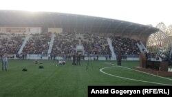 На сухумском стадионе «Динамо» присутствовали более двух с половиной тысяч человек. Среди них представители Блока оппозиционных сил Абхазии, депутаты парламента, представители Совета старейшин. Фото автора