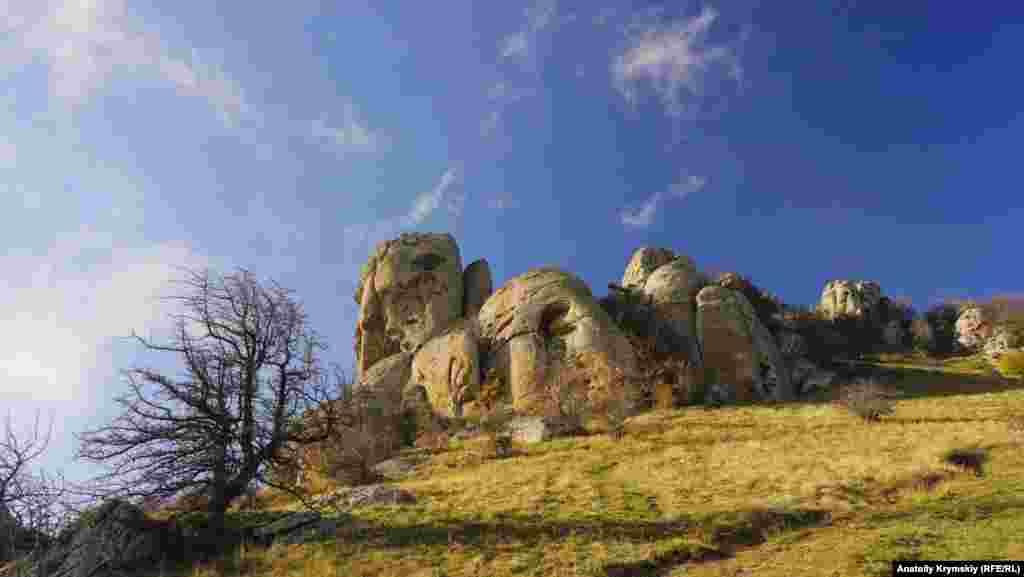 «Голова Екатерины» выделяется на фоне остальных скал. Созданию загадочных каменных фигур, напоминающих человеческие профили, есть научное объяснение: ветер, осадки, солнце и землетрясения сделали свое дело, превратив камни в замысловатые творения