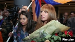 Armenia - Opposition deputy Zaruhi Postanjian is greeted by supporters at Yerevan airport on her return from Strasbourg, 5Oct2013.
