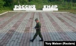 Військовий проходить неподалік кордону між Росією й КНДР
