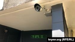 Камера видеонаблюдения на подъезде дома №29 по улице Героев Бреста в Севастополе