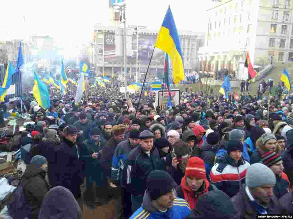Kiyev, 3 dekabr 2013. Polislə aksiya iştirakçıları arasında qarşıdurma.