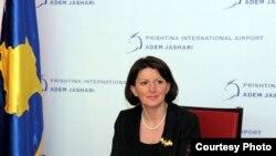 Presidentja e Kosovës, Atifete Jahjaga, gjatë konferencës me gazetarë në Aeroportin e PrishtinësMay2011