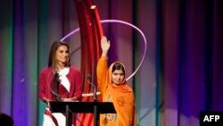 Iамерка, Нью-Йорк -- Цхьаьнакхеттачу Къаьмнийн Вовшахтохараллан Инарлин Ассамблеяхь Урданан паччахьан зуда АбдуллахI Рания ю Малала Юсуфзайна адамийн бакъонаш ларъярехула долу совгIат дIалуш.