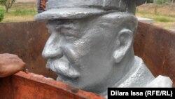 Ескі Иқан ауылында 61 жыл сақталған Сталин ескерткіші. Оңтүстік Қазақстан облысы, 16 мамыр 2015 жыл.