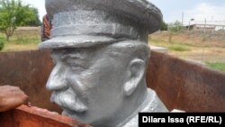 Құлағаннан кейінгі Сталин ескерткіші. Ескі Иқан ауылы, Оңтүстік Қазақстан облысы. 16 мамыр, 2015 жыл.