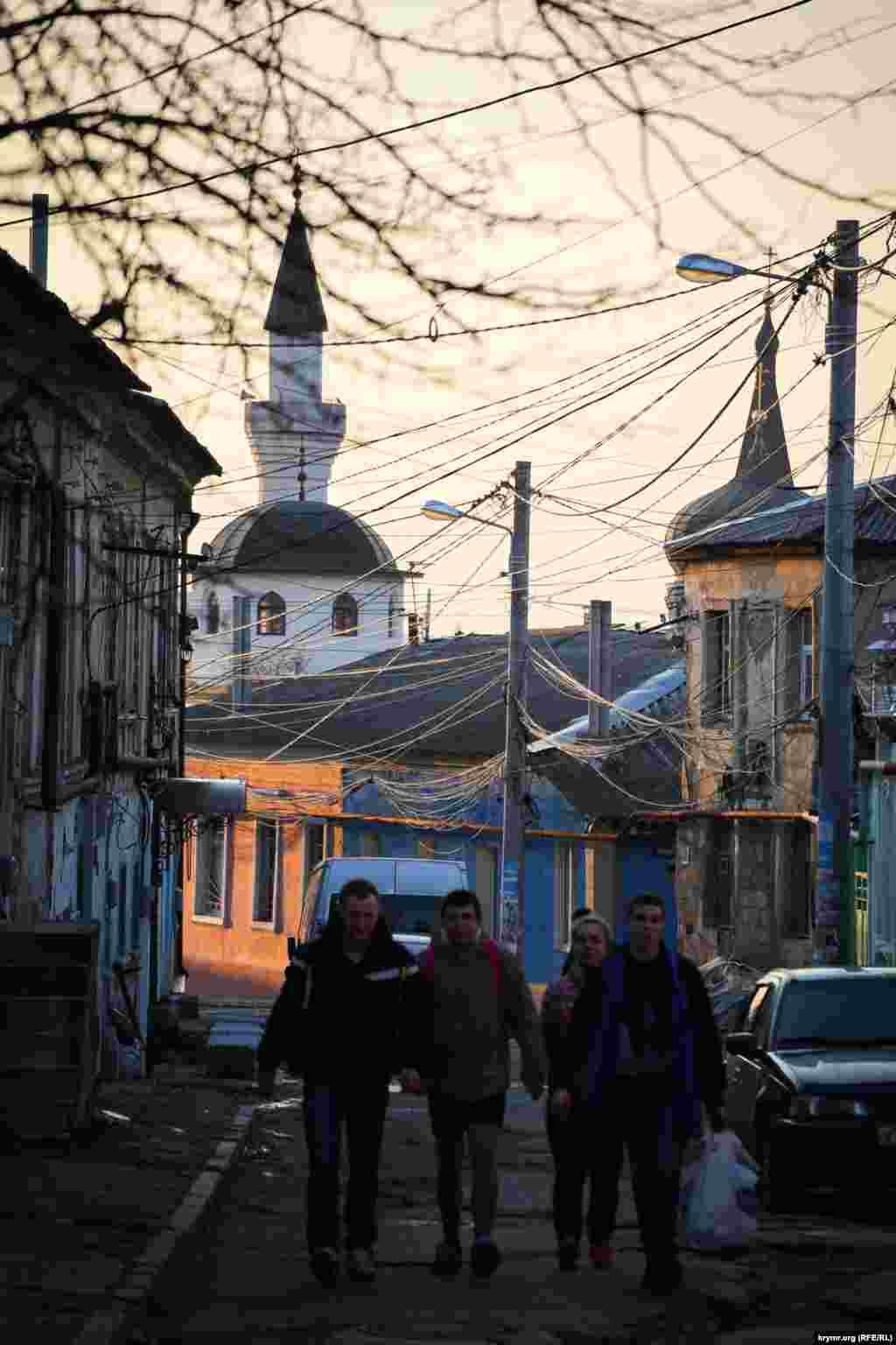 Вид на мечеть Кебир-Джамі з вулиці Курчатова