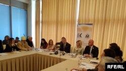 Greg Delawie, na okruglom stolu u Đakovici u organizaciji Inicijative kosovskih žena