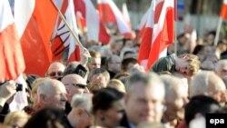 Участники манифестации в Варшаве - по случаю пятой годовщины смоленской катастрофы