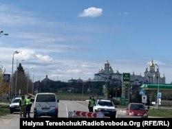 Діє 4 блокпости довкола Почаєва