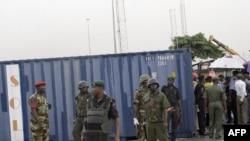 سربازان نیجریهای در حال حفاظت از کانتینرهای اسلحه