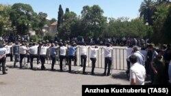 Акция оппозиции у здания парламента в Сухуми, 21 мая 2019 г.