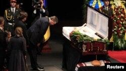 Виктор Янукович на прощании с Богданом Ступкой
