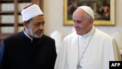 Рим папасы Франциск менен Каирдин Ал-Ахсар мечитинин башкы имамы Шейх Ахмед ал-Тайеб.