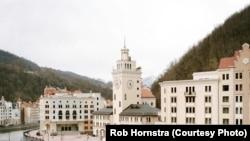 Роза Хутор – смесь неоклассицизма и альпийской деревни, построен в Красной Поляне на деньги Владимира Потанина. Фото Роба Хорнстра