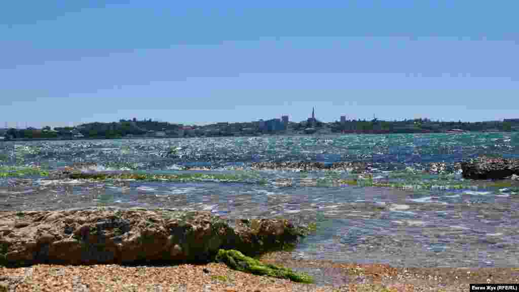 Пляж у бухты Матюшенко расположен между Михайловской казематированной батареей и мысом Радиогорка в Севастополе