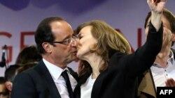 Франсуа Олланд празднует победу со своей партнершей Валери Трирвейе