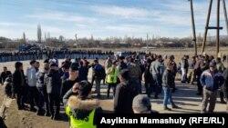 Қамаудағы азаматтарды босатуды талап етіп тұрған тұрғындар. Жамбыл облысы, Масанчи ауылы, 8 ақпан 2020 жыл.