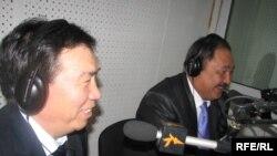 Студиянын коноктору философ, профессор Жамгырбек Бөкөшев менен тарыхчы, профессор Бектемир Жумабаев. 2010-жылдын 6-марты.
