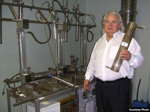 Виктор Петрик с одним из своих изобретений