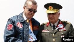Турскиот премиер Реџеп Таип Ердоган и началникот на Генералштабот на вооружените сили на Турција генерал Неџет Озел