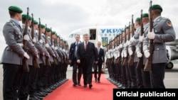 Президент України Петро Порошенко у момент прибуття із візитом до Німеччини, 20 травня 2017 року