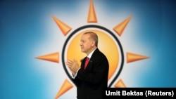 Президент Ердоган оголошує маніфест своєї партії в Анкарі 24 травня 2018.