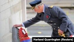 Наследник британского престола принц Чарльз возглагает венок к мемориалу жертв Первой мировой войны от имени матери