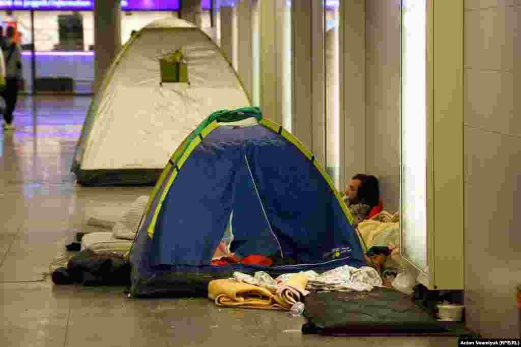 Gecəyə düçdükdə onlar metro keçidlərində qurulmuş çadırlarda gözləyirlər