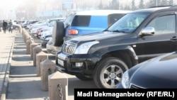 Автомобили, припаркованные на площади Республики в Алматы.