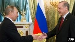 Putin (majtas) dhe Erdogan gjatë takimit në Moskë më 10 mars të këtij viti