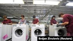 Radnici sklapaju Gorenje mašine za veš, ilustracija