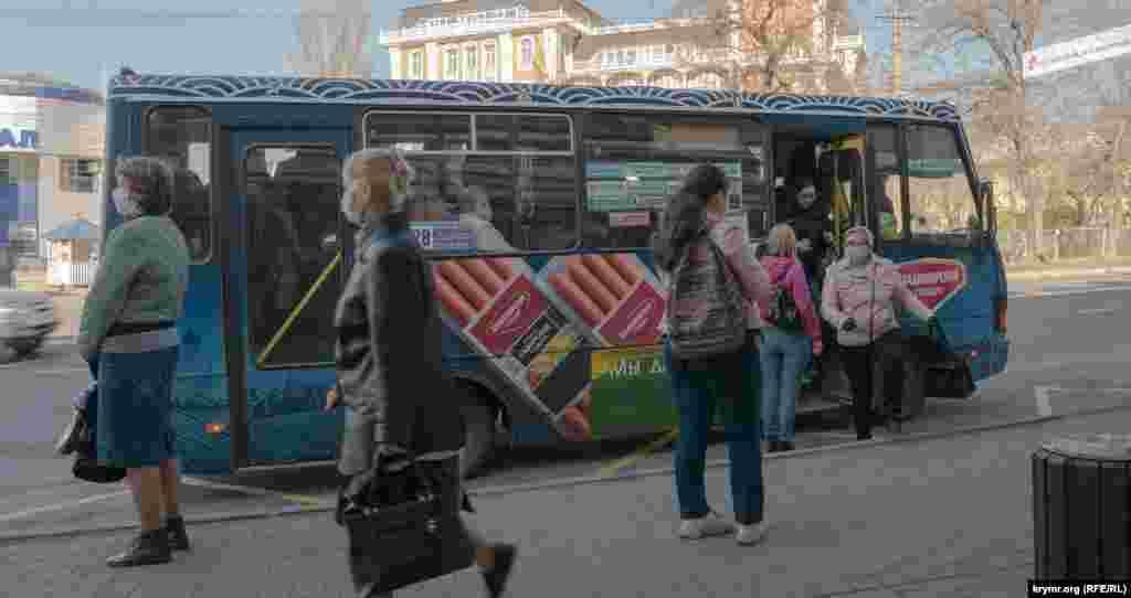 Вранці міський автобус у Сімферополі за маршрутом «Мар'їне – Залізничний вокзал» переповнений. Окремі пасажири – без засобів індивідуального захисту, незважаючи на діючий на анексованому півострові режим самоізоляції. У цей період весь міський та приміський транспорт працює 8 годин на добу: з 6.00 до 10.00 і з 17.00 до 21.00 години